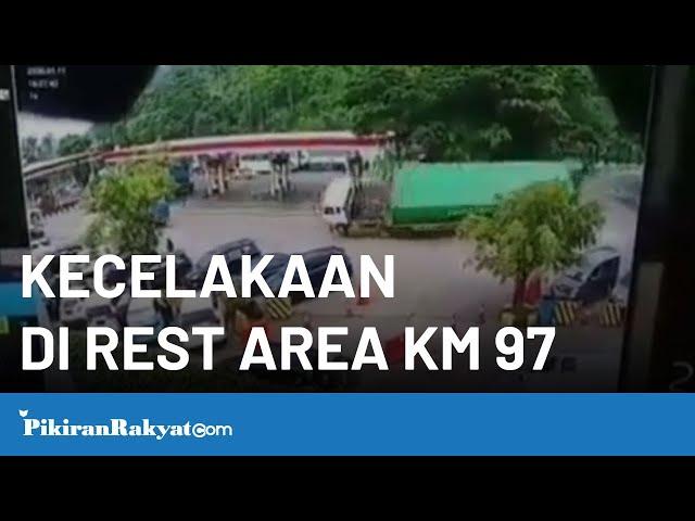 Truk Terguling di Rest Area KM 97 Cipularang Purwakarta