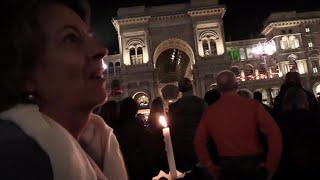 Proteste No Green Pass a Milano, in centinaia recitano il mantra buddista in piazza Duomo