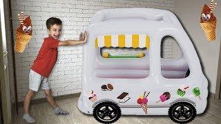 Марк превратил машинку в большой фургон мороженного.