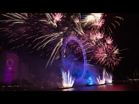 World welcomes 2018 with glittering fireworks