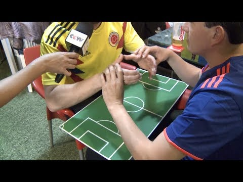 """Man Helps His Friend """"Watch"""" Football in the Silent World in Colombia"""