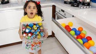 İlkim Bir Çekmece Dolusu Sürpriz Yumurta Yerine Renkli Topları Dolduruyor