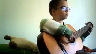 Tomson hraje na kytaru