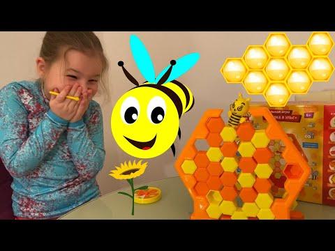 Ариана играет в игру пчелка в улье из Fix Price