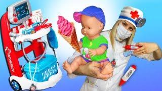 Кукла и игрушки едят МОРОЖЕНОЕ! Играем в ДОКТОРА с НАБОРОМ  ДОКТОРА