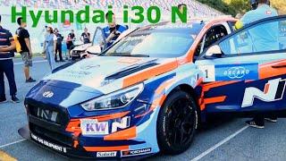Hyundai i30 N: гоночный автомобиль на стадионе