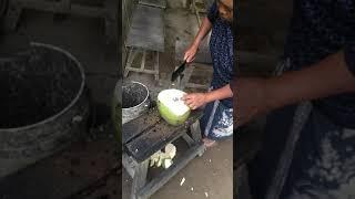 필리핀 다바오 시골마을 코코넛 까주는 아주머니