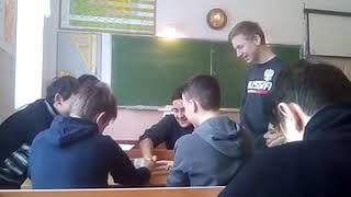 Школьники бьют своего одноклассника