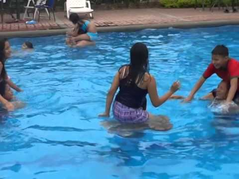 Joda En La Piscina Youtube
