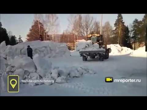 В Качканаре сносили снежный городок, несмотря на то, что там играли дети