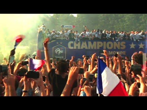 Foule en délire sur les Champs Elysées pour accueillir les Bleus