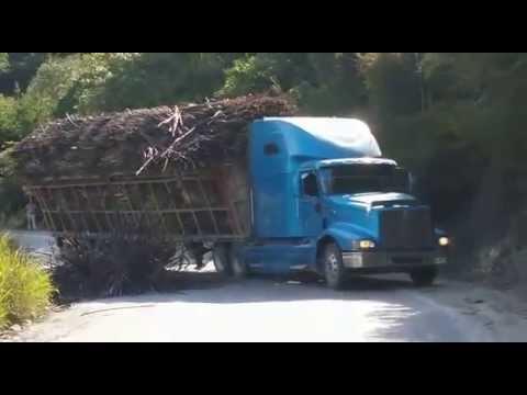 TRAILER CAÑERO SE VOLTEA AL MOMENTO EN LA SIERRA (VÍDEO COMPLETO) Antiguo Morelos, Tamps.