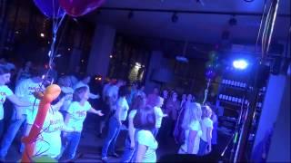 Танцевальный флешмоб родителей на выпускном