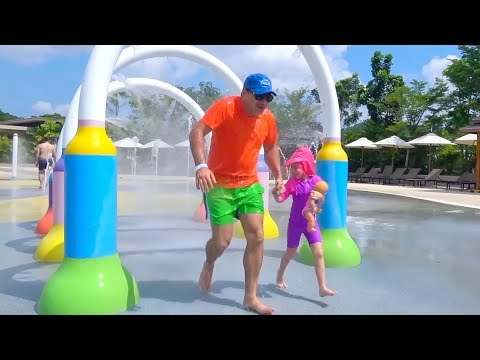 stacy-y-papá-van-al-parque-acuático
