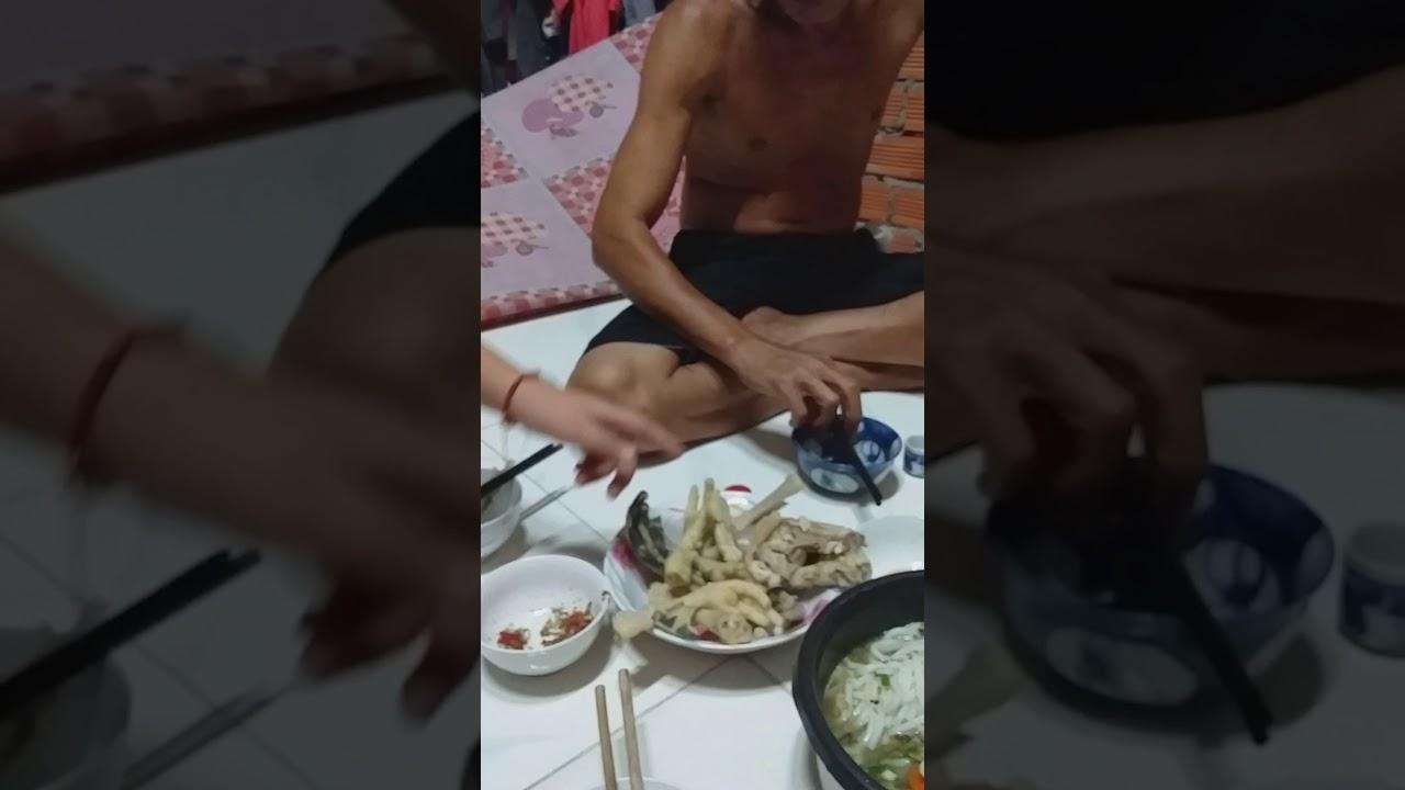 Ăn chân gà muối ớt với bánh canh của ông năm