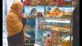 Просила Бога послать 100 рублей на еду Эта бедно одетая бабушка долго выбирала консервы подешевле