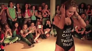 Девочки танцуют сексуально шевелят задом трясут сиськи .не порно