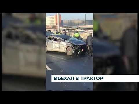 В Калининграде водитель «Мазды» въехал в трактор, который стоял на обочине