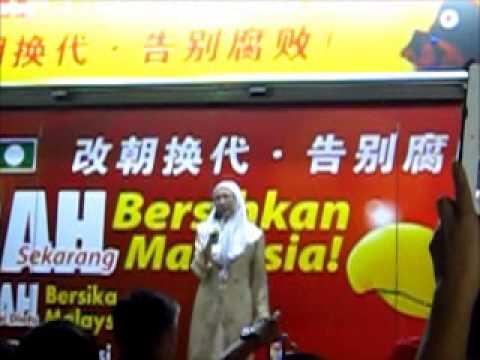 Datuk Seri Dr Wan Azizah Wan Ismail speaking in Kuching on 28-4-2013 @ Jalan Tun Jugah.