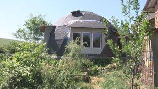 На Тернопільщині чоловік вісім років живе у круглій хаті з дерева і соломи