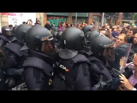 Nonviolent resistance against police in Catalan referendum #2