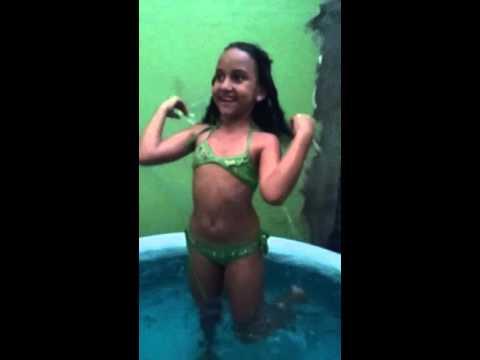 Tomando  banho de piscina no frio