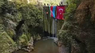 Azerbaycanın bağımsızlık gününde Karasu Şelalesine Türk ve Azerbaycan bayrakları asıldı