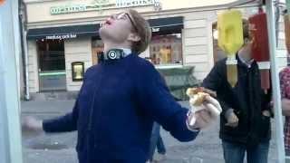 Nördig kille lyckas äta upp harakiri-korven (samt tuff kille bredvid) World