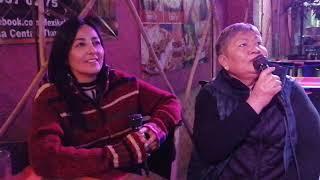 Tía Chela y Dick Tracy cantan mano a mano
