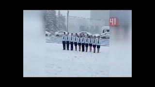 Девочки маршируют в коротких юбках под снегом