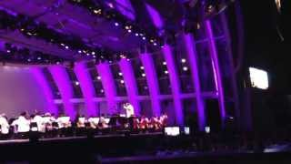 The Los Angeles philharmonic orchestra plays warmer bros looney toons LIVE