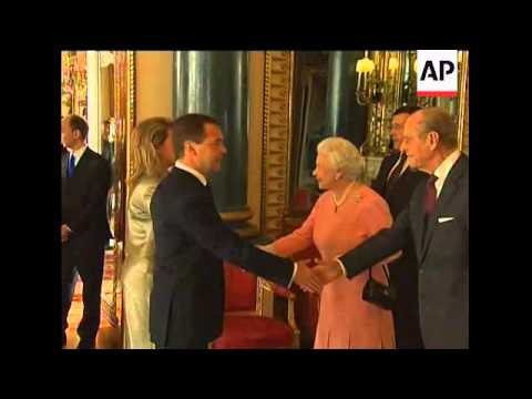 Obamas meet Queen, G20 leaders at palace reception