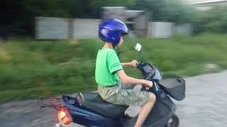 Дети Первый Раз За Рулем Скутера Yamaha Axis 50