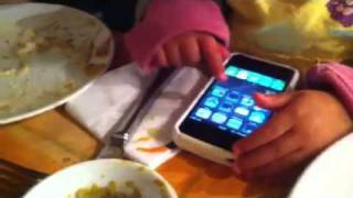 האחיינית החכמה שלי מתפעלת את האייפון... thumbnail