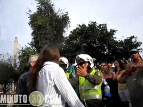 Esta mujer saltó a la fama luego de atacar a un policía con sus enormes lolas