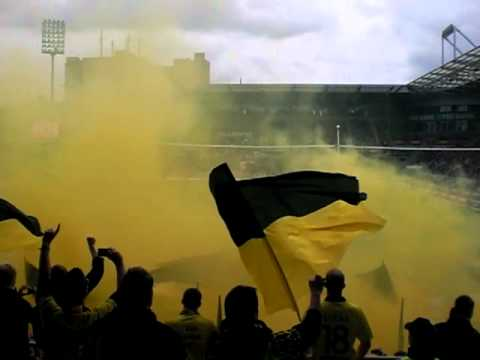 St. Pauli : BVB Dortmund (25.09.2010)  - gelbe Rauchbombe