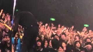 ザ・バックホーンのライブ映像です!ギターアンプの上に置いたカメラに...