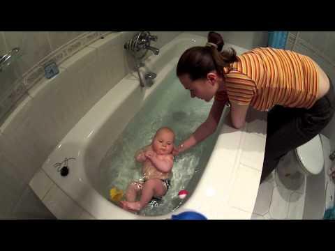 Купание грудного ребенка в большой ванне! ЭТО ОЧЕНЬ ПОЛЕЗНО!
