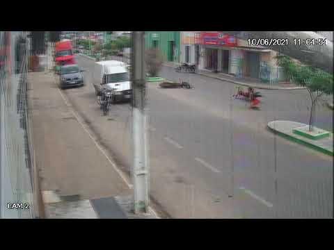 Incrível em Mulungu motos colidem e um dos envolvidos cai o outro0 sai correndo como se nada estivesse acontecido