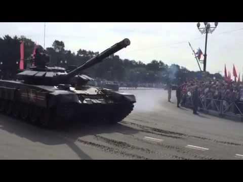 Военная техника повредила асфальт во время парада и репетиций в Южно-Сахалинске