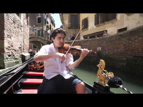 Koh nella gondola suonando sul violino
