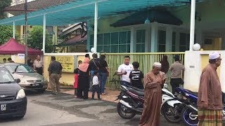 Concerned Malaysians gather at Tahfiz school to offer prayer to the victims