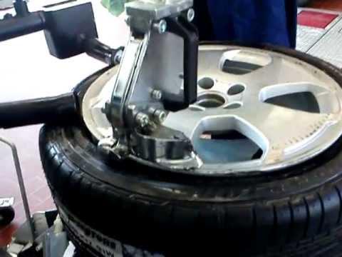 reifen montieren wie werden reifen montiert reifenmontiermaschine fitting the tires youtube. Black Bedroom Furniture Sets. Home Design Ideas