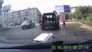 Ženy jedou s pračkou v autě