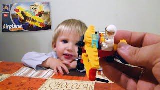 Алина и папа собирают самолет из конструктора ЛЕГО и игрушечный погрузчик