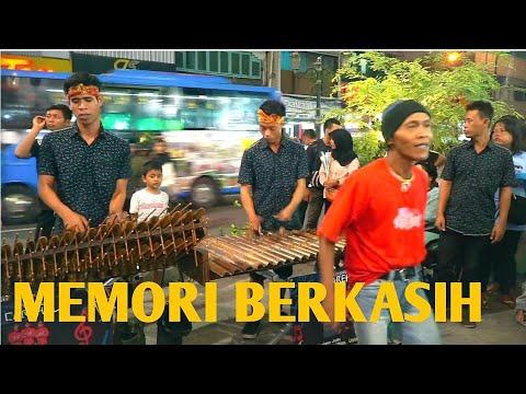 MEMORI BERKASIH - Angklung Malioboro CAREHAL (Pengamen Kreatif Jogja) Edisi Lagu Malaysia terbaik