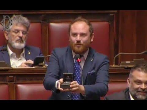 Un diputado italiano aprovecha su intervención para pedir matrimonio a su pareja