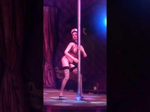 Порно видео танцует стриптиз в мини юбке