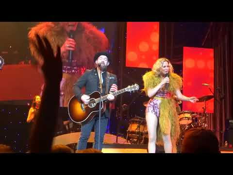 "Sugarland sings their current single ""Babe"" live at PNC Arena"