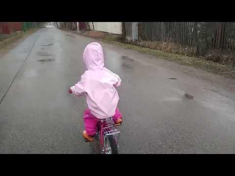 на двухколесном велосипеде